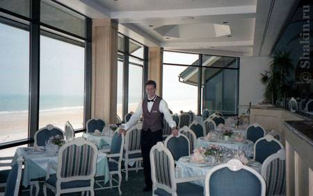 Это Глобатор в ресторане на берегу океана