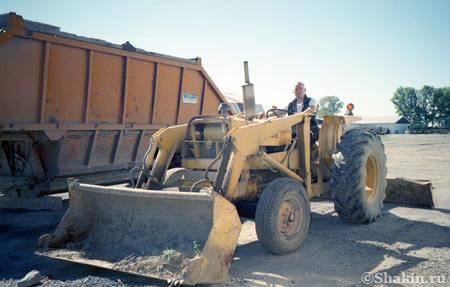 добрый техасский фермер разрешил мне покататься на его тракторе