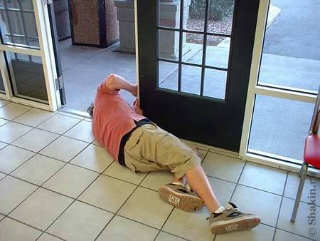 Потом Стив решил отремонтировать защелку двери