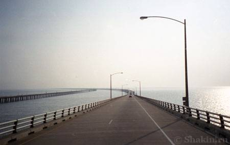 Длинная дорога через Чесапикский залив в штате Вирджиния