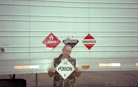 Грустный Глобатор около своего прицепа с наклейками опасных грузов