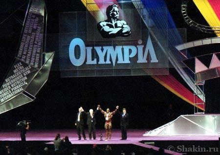 Джо Вейдер вручает медаль Ронни Колману