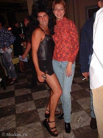 странный мужчина в обтягивающем кожаном платье, парике и босоножках