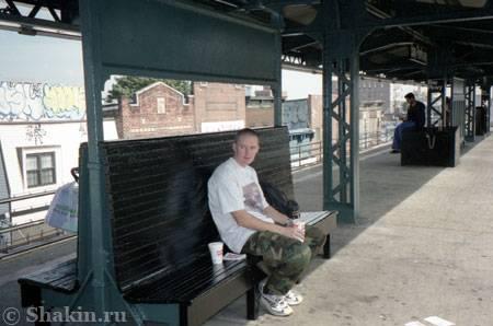 Старик Глобатор на станции метро Bay Parkway в Нью Йорке