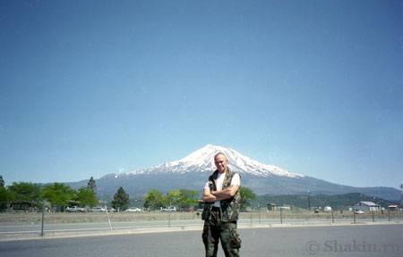 Глобатор на фоне горы Шаста в Калифорнии