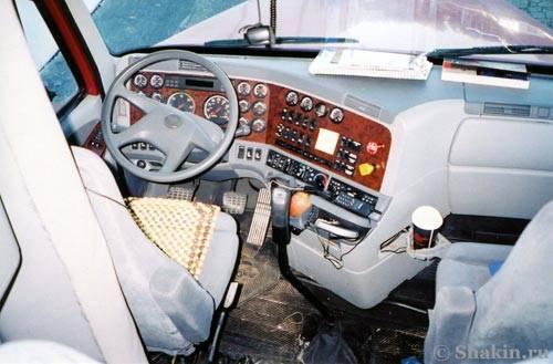 Внутри кабины американского дальнобойного грузовика