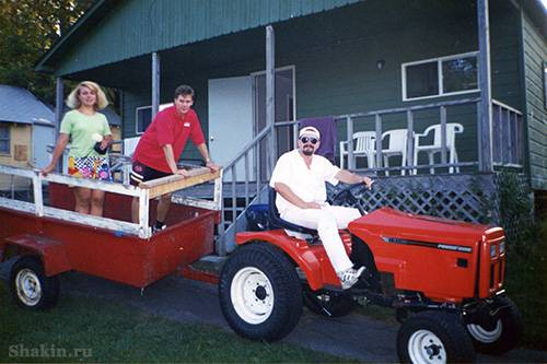 Кевин катает меня на тракторе