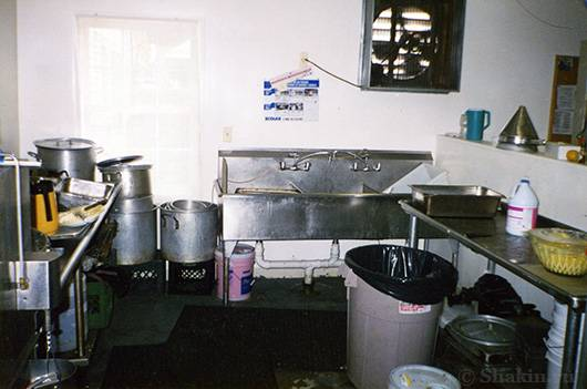 Вот фотография моего рабочего места посудомойщика в Америке