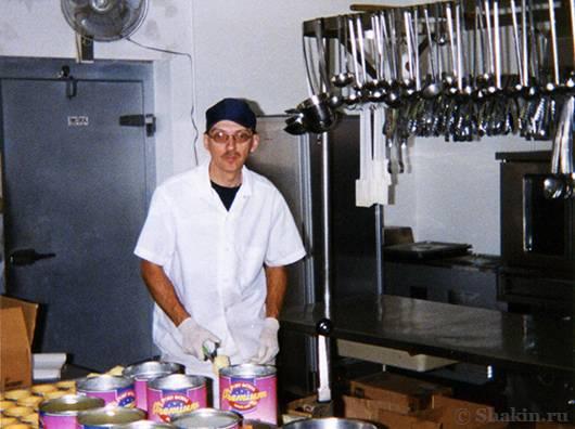На этом фото Тони как раз распечатывает банки с тропическим салатом