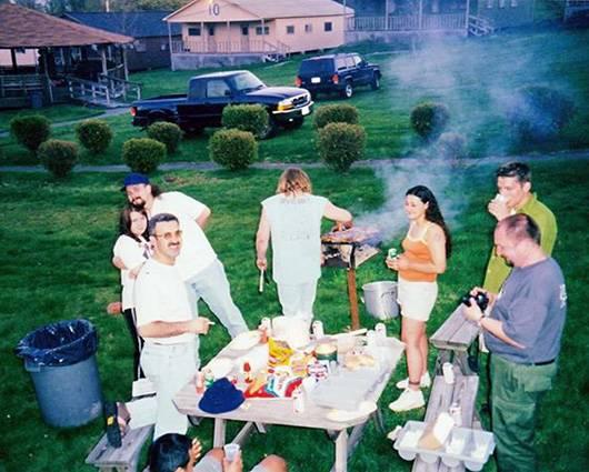 На фото барбекю готовит настоящий мастер, главный повар Рик