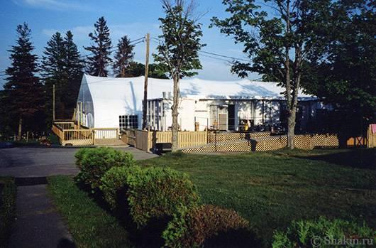 Вместо главного здания стояла огромная палатка