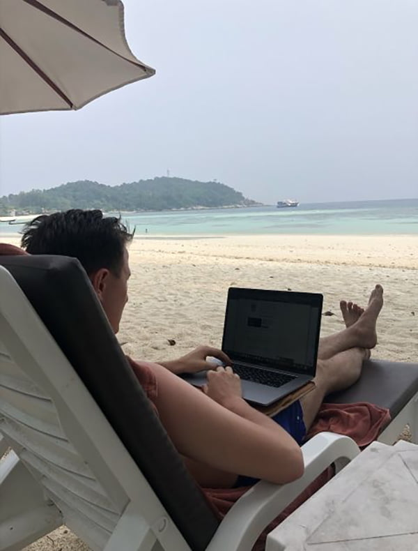 рабочее место на пляже