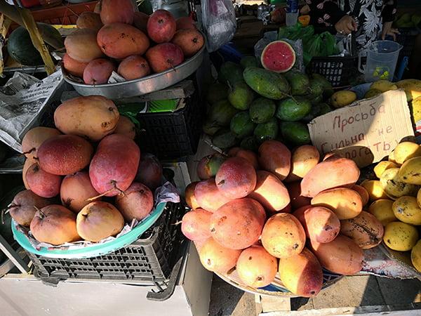 Три сорта манго, желтые, зеленые и красные