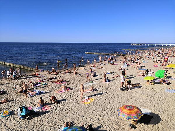на пляже было много отдыхающих
